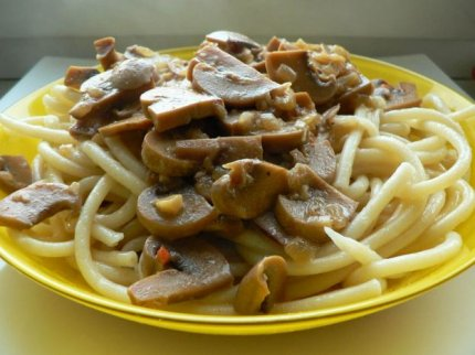 Рецепт: Макароны с белым соусом из шампиньонов