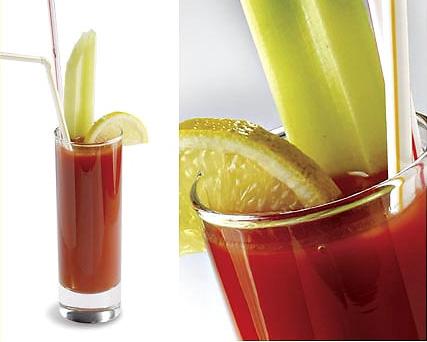 Насыпим лед в... Томатный сок.  Водка.  Ингредиенты для коктейля.